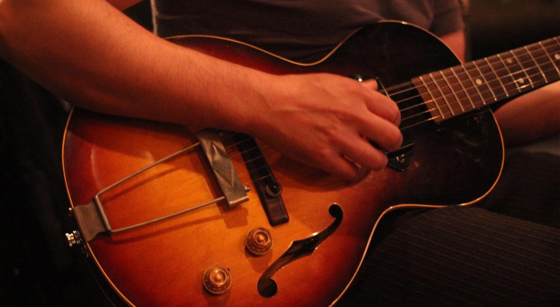 Pins-_blues_guitar_tonsor_cie_compagnie_toulouse_biere_caporal