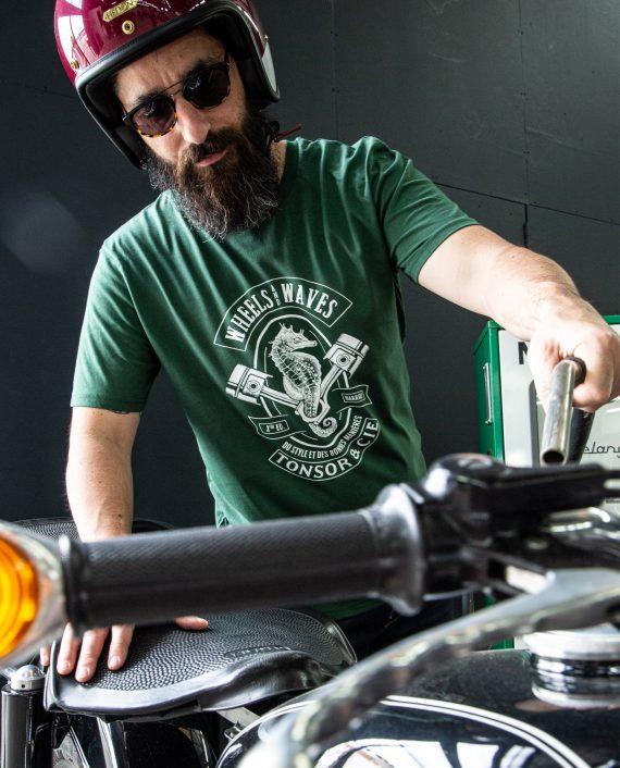 t-shirt-wheels-and-waves-2021-bottle-green-porte